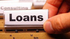 金融機関へ融資の相談に行く